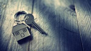家のキーホルダーが付いた鍵